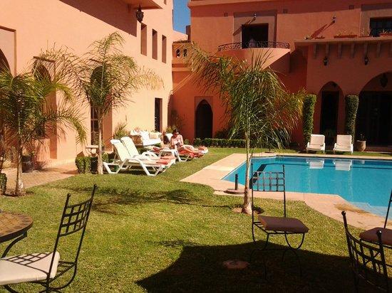 Albakech House:                   zwembad en tuin