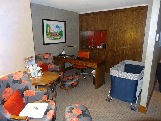 Hilton The Hague:                   Coin salon avec lit pour bébé fourni par l'hôtel