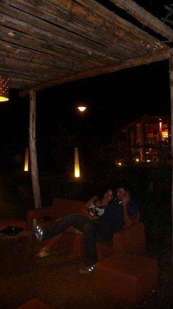 رايسز إستوريون هوتل:                                     Lugar al aire libre dentro del hotel                      