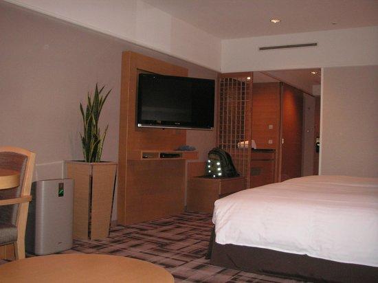 Kyoto Brighton Hotel:                   TVはベッドからもソファからも画面が見やすくなっています。