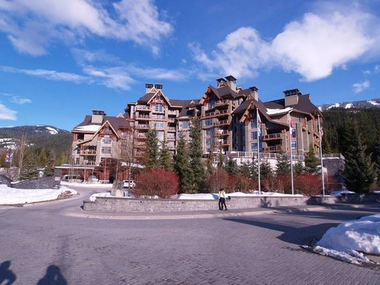 Four Seasons Resort and Residences Whistler :                                     vista exterior del hotel