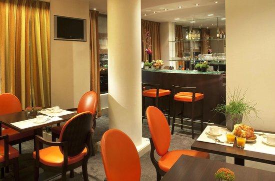Hotel Eiffel Turenne: Bar + salle des petit-déjeuner