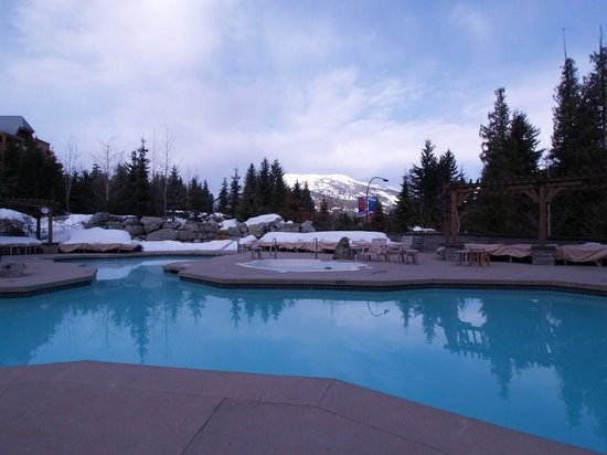 Four Seasons Resort and Residences Whistler:                                     vista desde la pileta
