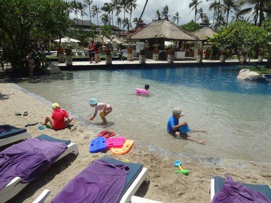 Nusa Dua Beach Hotel & Spa: piscina con sabbia