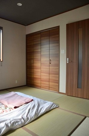 Shunkoin Temple Guest House: View of the tatami mat room, from the desk.