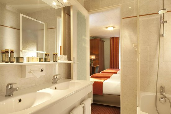 Hotel Terminus Lyon: Salle de bain chambre quadruple