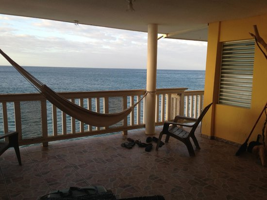 Maravilla Guesthouse:                   beach house balcony