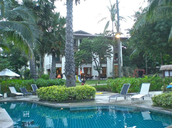 ibis Samui Bophut: Une des parties de la piscine avec au fond la salle à manger