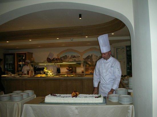 Hotel Crozzon:                                     lo chef e la sua torta...
