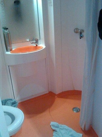 easyHotel London South Kensington:                   compact bathroom
