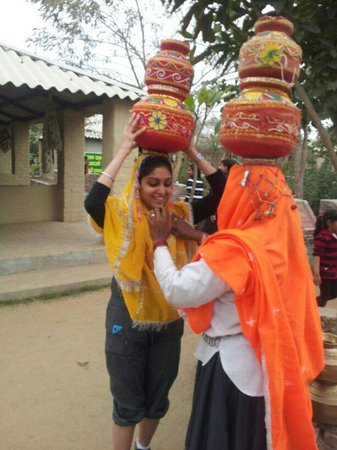 Jhajjar, Indien:                   an oppurtunity to dress up like a village girl...