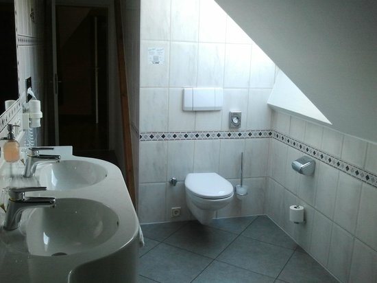 Hotel Bayerischer Hof:                   Bathroom
