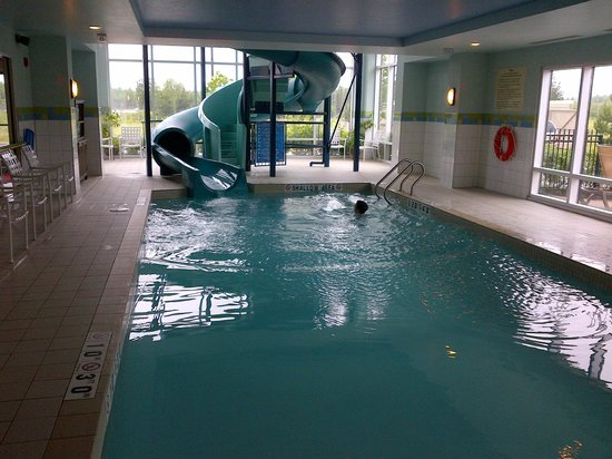 Hampton Inn & Suites by Hilton Moncton :                   Pool with awesome slide and windows
