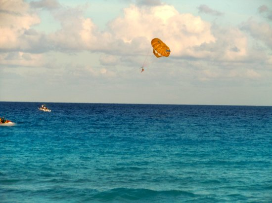 The Westin Lagunamar Ocean Resort: Parasailing near the hotel