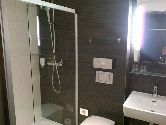 ‪‪Sternen Oerlikon Hotel‬: Small, but modern bathroom‬
