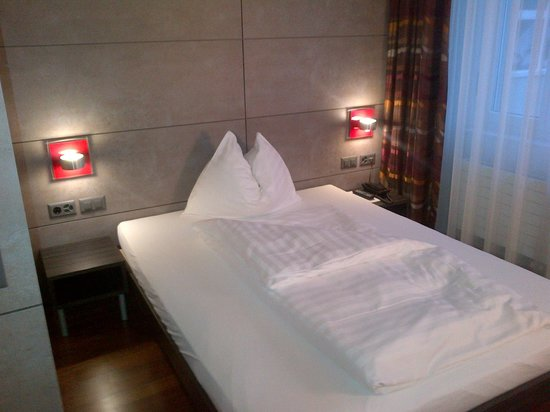 Sternen Oerlikon Hotel: Modern comfortable (and very firm) bed..but small comforter.