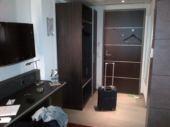 Sternen Oerlikon Hotel : Works desk and closet area