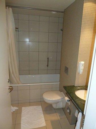 Hilton Reykjavik Nordica: Bathroom