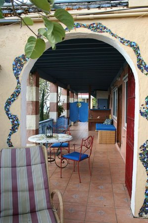 Lion's Gate Getaway: Porch is really an outdoor living room