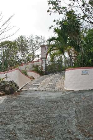 Lion's Gate Getaway: Entrance to the property