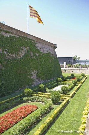 Parque de Montjuic (Parc de Montjuïc):                   Castle wall