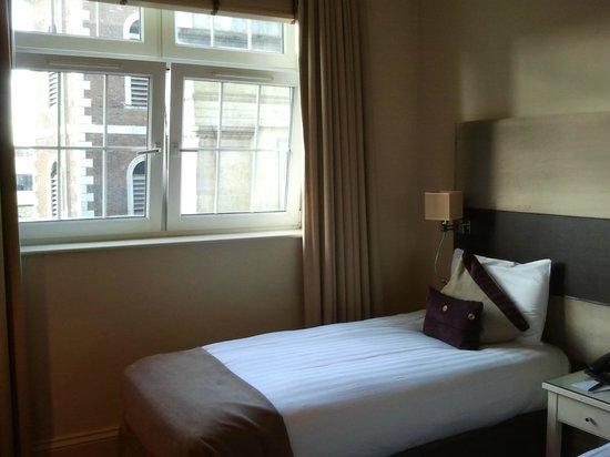 London Bridge Hotel: Room
