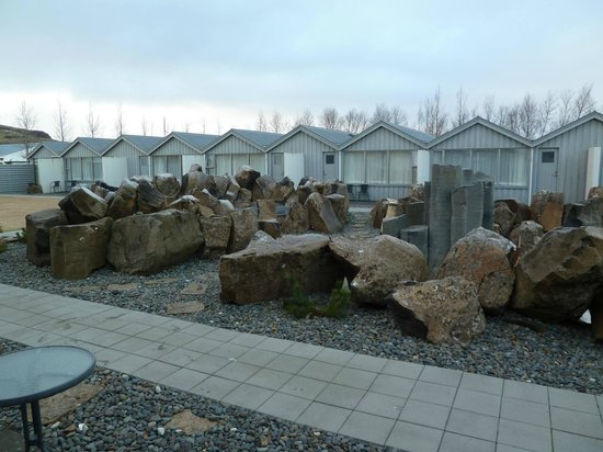 Icelandair Hotel Fludir: Hot tub and garden area