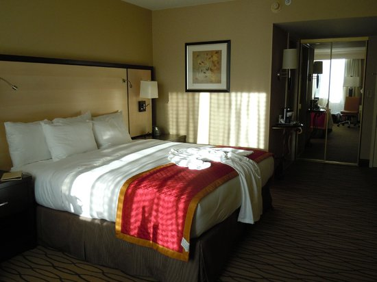 Hilton Woodcliff Lake: Newly renovated king bedded room