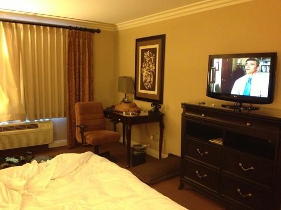 Ayres Hotel Ontario Mills Mall :                   desk, tv