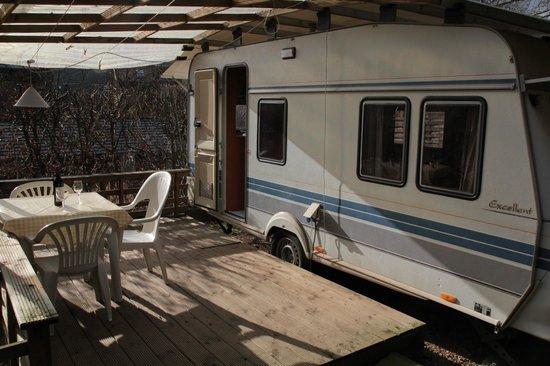 Camping Hirzberg: Mietwohnwagen mit Terrasse