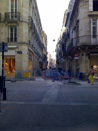 Best Western Grand Hotel Francais : La rue transversale de l'hôtel (en réparation le jours de ma venue)