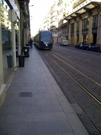 BEST WESTERN Grand Hotel Francais: La rue piétonne proche de l'hôtel avec l'accès direct au tramway