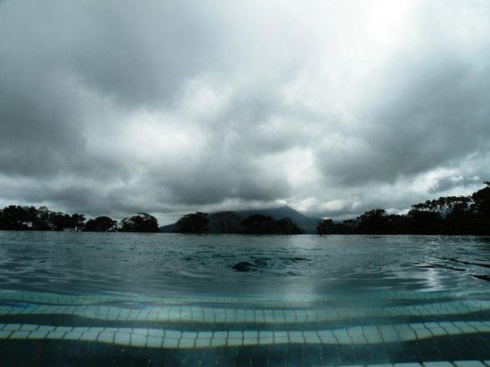 Arenal Observatory Lodge & Spa: Vue du volcan de la piscine