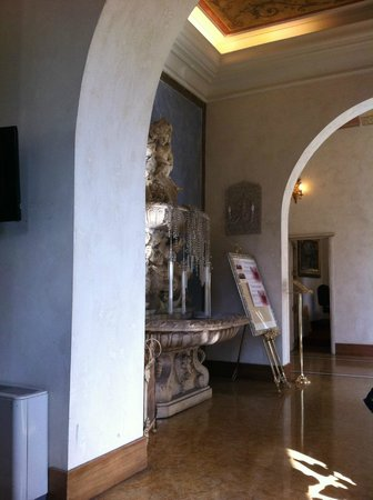 Hotel Romanico Palace:                                     Fontana nella Hall
