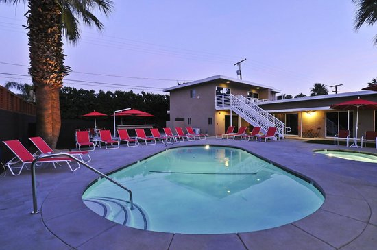 Bearfoot Inn: pool at dusk