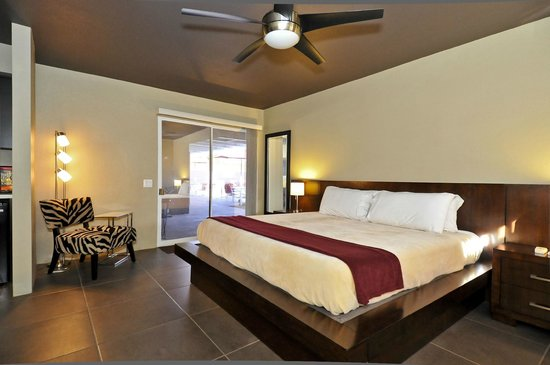 Bearfoot Inn: poolside king suite