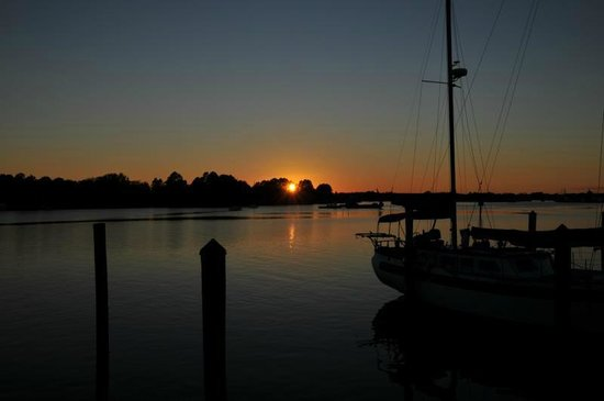 The Old Carrabelle Hotel: Dutch guest photo of harbor sunset 2013