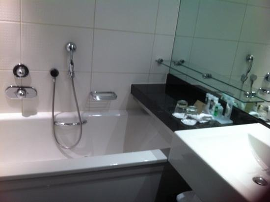 Park Plaza Riverbank London:                   very clean bathroom