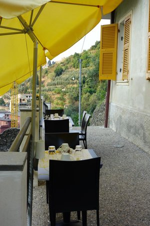 La Casa Dei Limoni: The terrace laid for breakfast