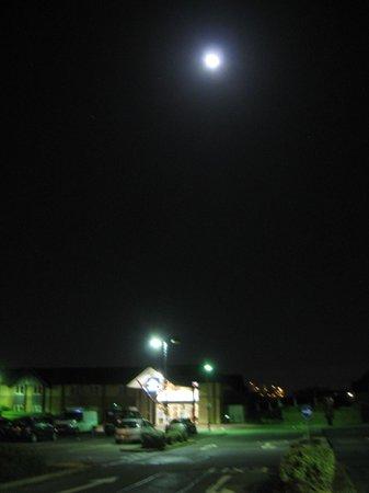 Days Inn Peterborough: Entrance with full moon