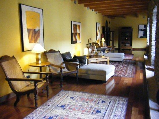 Barcelo Monasterio de Boltana: Distintos rincones en pasillos para leer en claustro