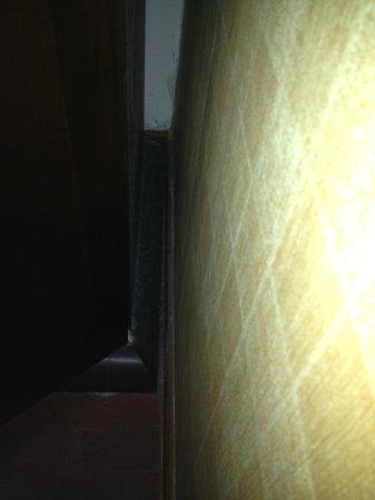Mandala House: Polvere al fianco dell'armardio con anta guasta.