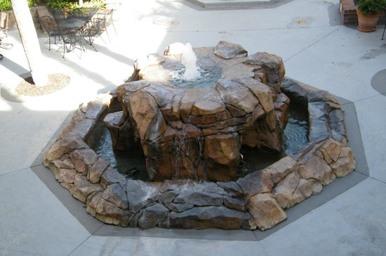 Best Western Plus Meridian Inn & Suites, Anaheim-Orange: fountain in garden area