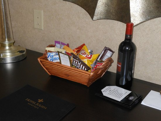Hotel Julien Dubuque :                   advertised snack basket