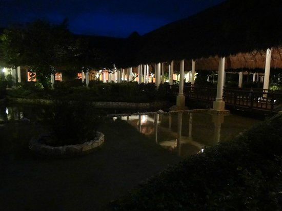 Valentin Imperial Maya:                                     GROUNDS AT NIGHT