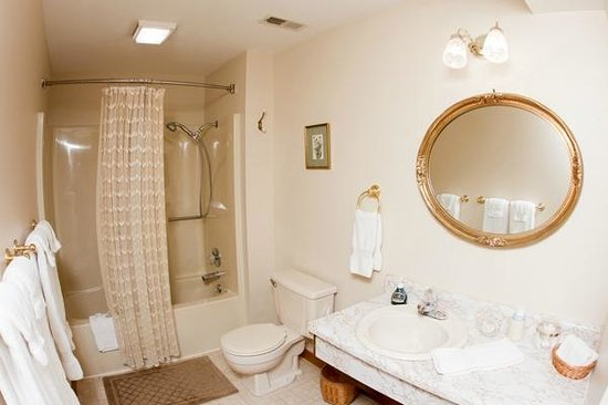 Red Bud Cove Bed and Breakfast Suites: Large Bathrooms