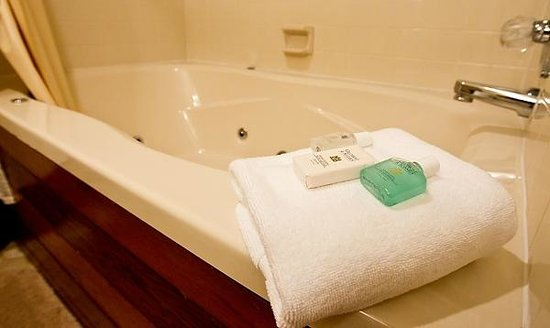 Red Bud Cove Bed and Breakfast Suites: Whirlpool Tubs Available