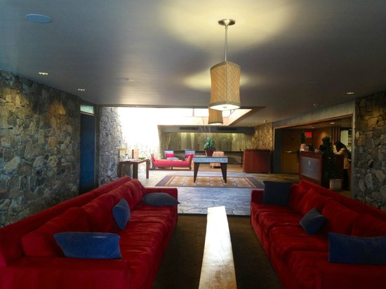 Fountaingrove Inn:                   Long view of the lobby. Wish this was my house.