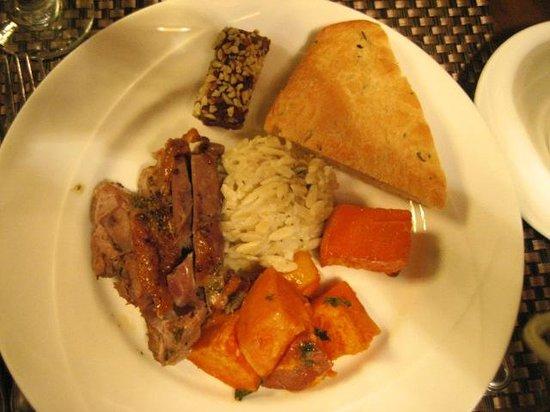أسيلموار كونفرنس جراوندز: Dinner - Turkey and squash, vegan date roll