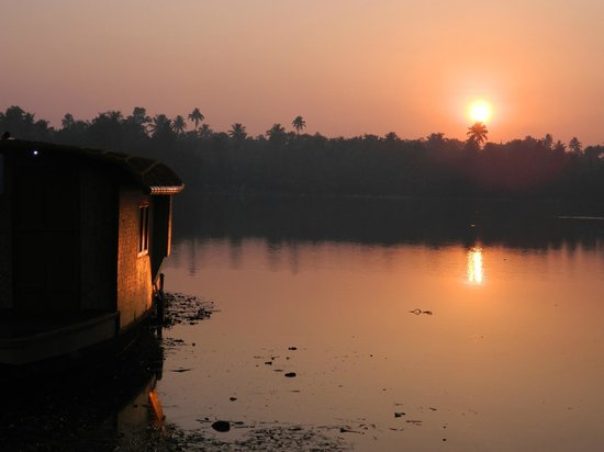 Breeze Backwater Homes:                   A beautiful sunrise view from the room.....